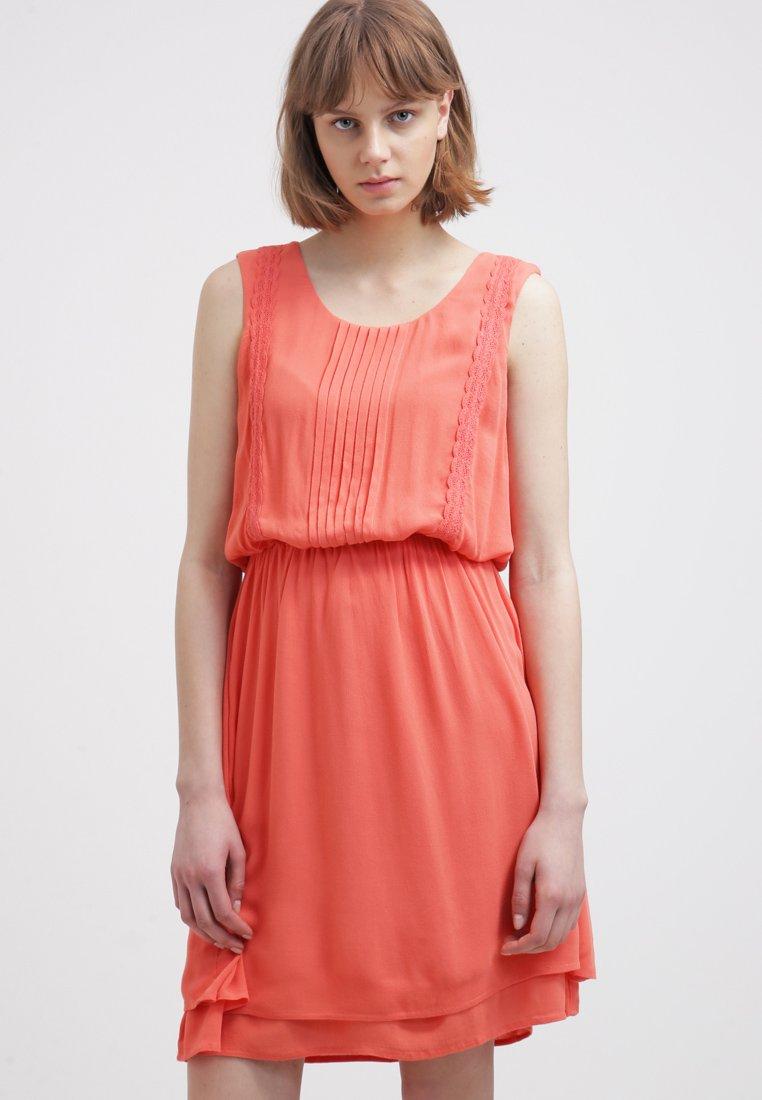 vestidos-color-coral-con-pliegues-para-este-verano-2015
