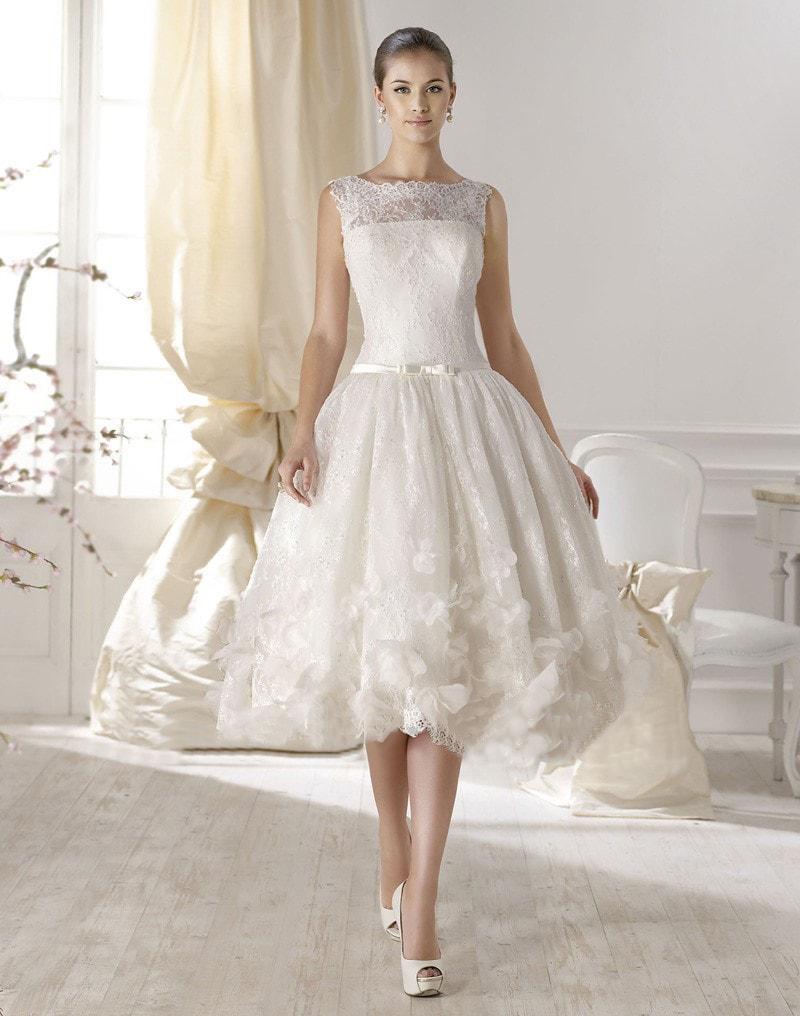Vestido de novia corto con encaje y sin mangas