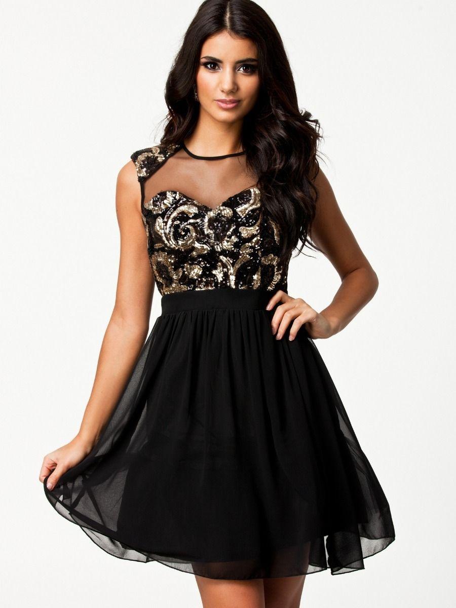 Los vestidos negros son, sin duda alguna, los favoritos de las mujeres. Es que no solamente son vestidos elegantes, sino que también son útiles para cualquier ocasión porque el negro es uno de los colores clásicos que nunca falla en la noche y que nos queda bien a todas.