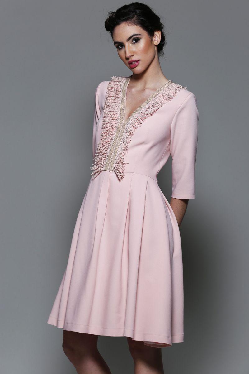 vestido rosa para madrinha: vestidos em tons de rosa claro para alugar ou comprar em Vestido de festa modelo é clássico, atemporal e sempre glamouroso, do tipo que não depende de bordado para brilhar. É o caso deste vestido rosa da marca Jorgeane Moreira, perfeito para madrinhas.