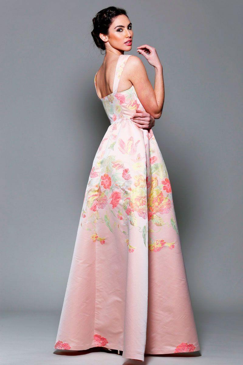 ¡Los vestidos de fiesta Rosa Clará de ya están aquí! El catálogo viene lleno de vestidos de fiesta cortos, vestidos de cóctel y vestidos de madrina ideales para tus eventos de día, y vestidos largos y vestidos de gala para tus eventos de noche. ¿Quieres ser la invitada más elegante de la fiesta?