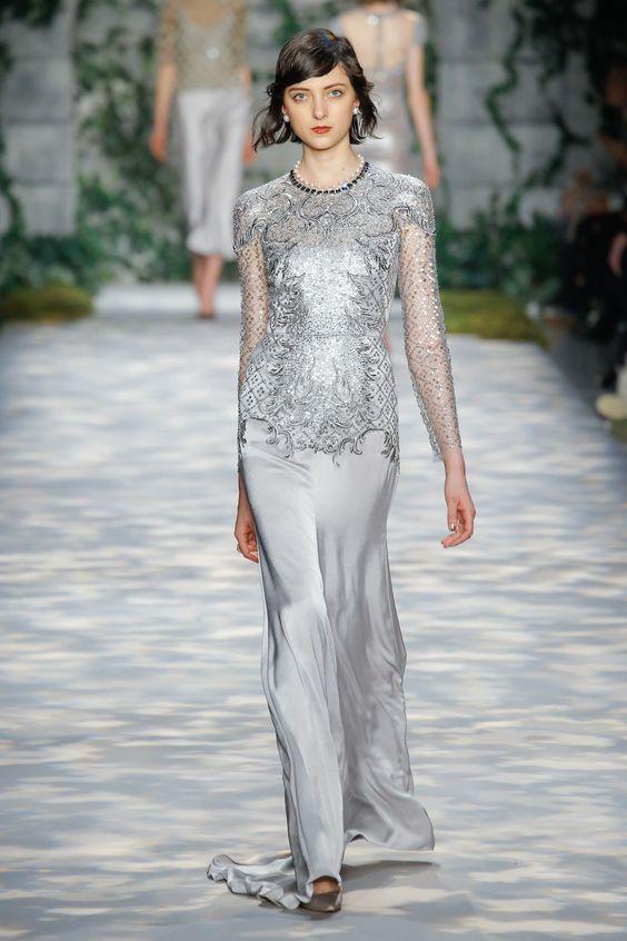 vestido plateado brillante moderno