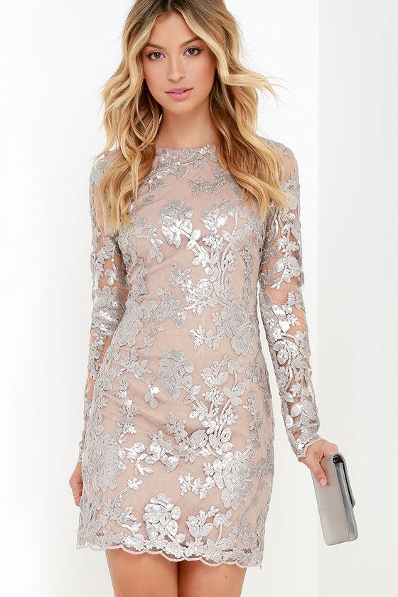Vestido plateado corto con caida bordado