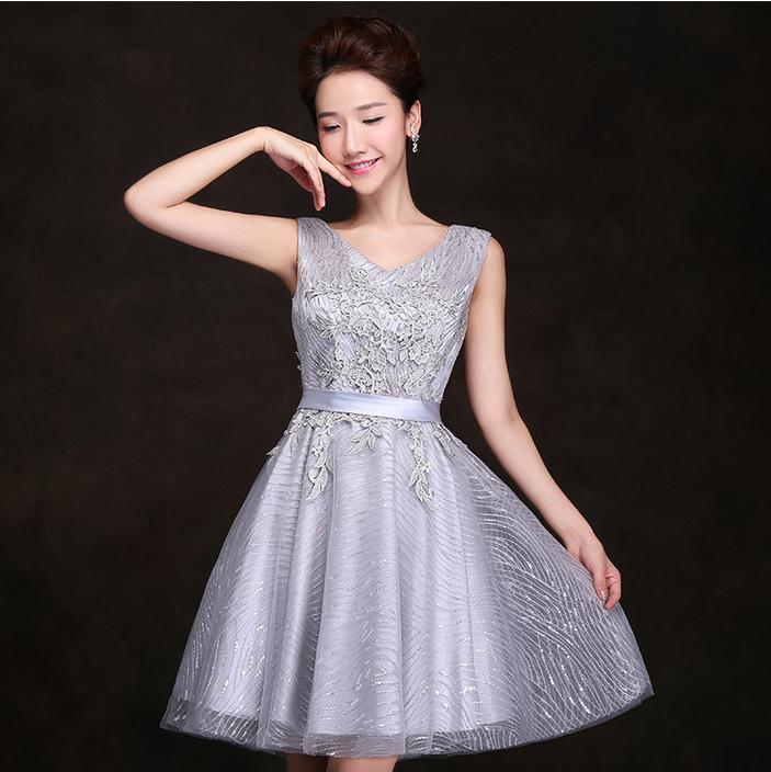 Vestido plateado corto de noche elegante