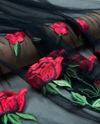 Vestidos con transparencias y flores bordadas