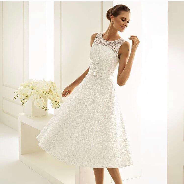 vestido corto con encaje para novia