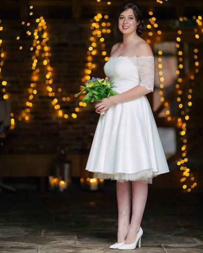 vestido de novia corto sencillo hombros descubiertos
