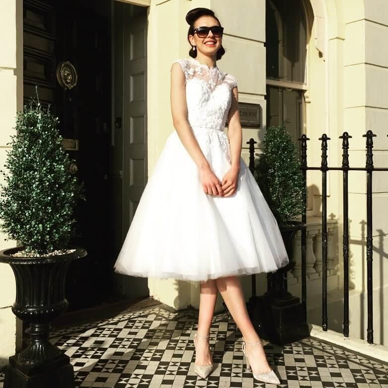 vestido de novia corto simple con encaje