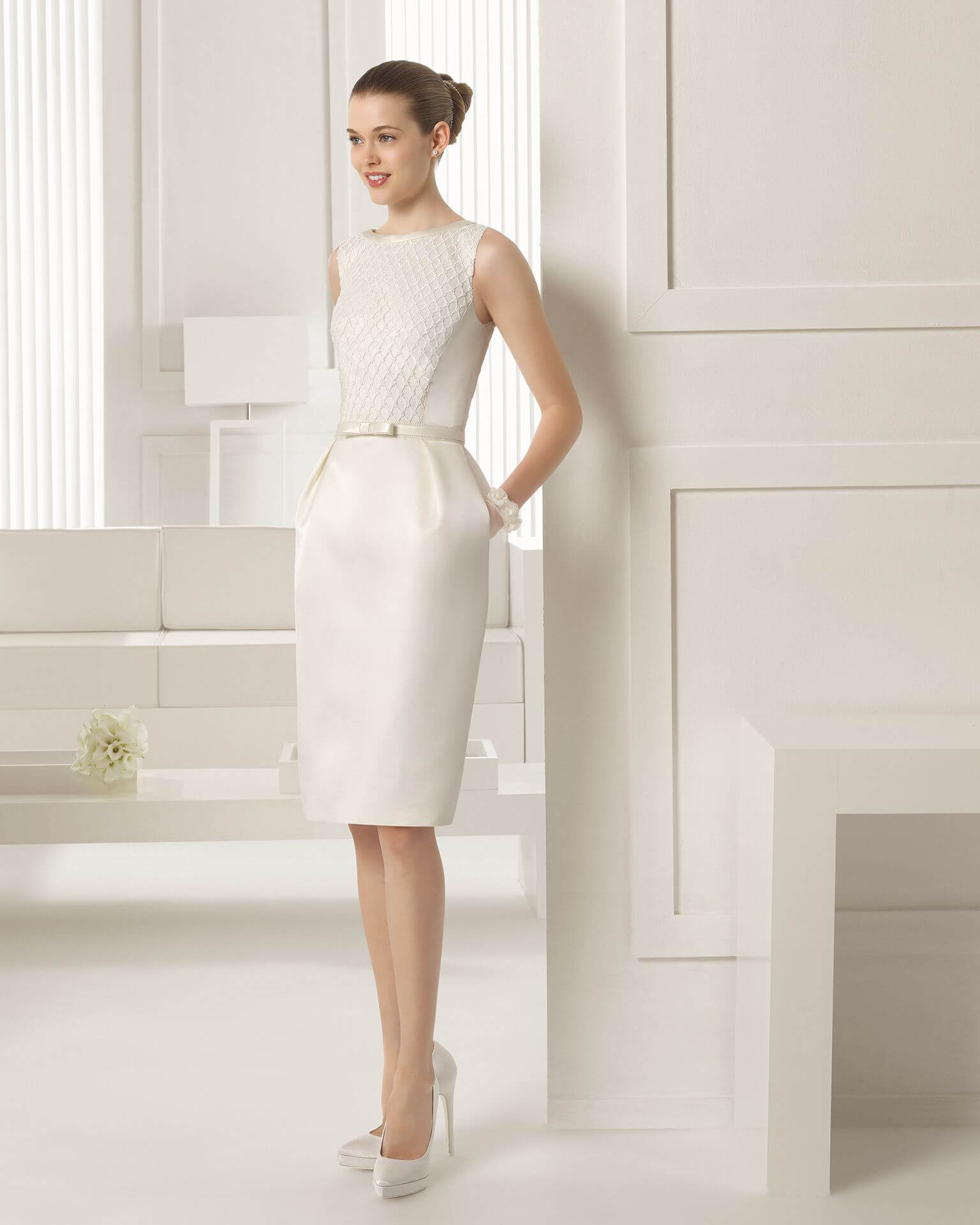 vestido de novia corto simple pegado al cuerpo